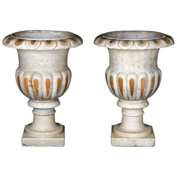 Un par de macetas de mármol talladas a mano al estilo clásico italiano. 79x55x55cm  (AltoxAnchoxProfundo)