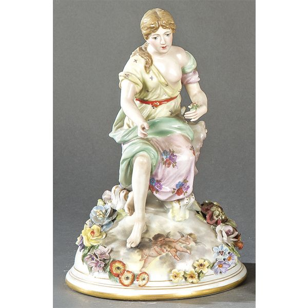Gran tapa en porcelana alemana con figura de una musa, S. XIX.