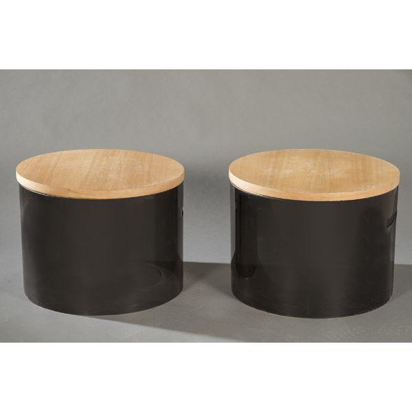 Pareja de mesas auxiliares redondas con tapa en haya y base en metacrilato gris oscuro.