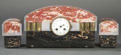 Reloj de sobremesa con guarnición Art Deco, Francia h. 1920. En piedras duras de distintos colores y bronce.