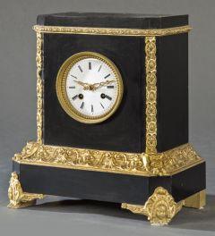 Reloj de sobremesa Napoleón III en madera ebonizada, con molduras y patas en madera tallada y dorada. Francia, segunda mitad S. XIX
