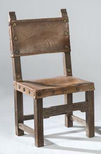 Silla de estrado con asiento y respaldo de cuero, siguiendo modelos del siglo XVI