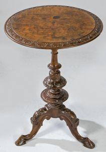 Mesa auxiliar Chippendale de pedestal sobre tres patas en madera de caoba tallada y torneada, con tapa en raíz de nogal. Inglaterra, mediados S. XVIII