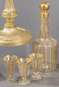 Licorera y cinco copas con decoración dorada