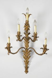 Aplique de cinco brazos de latón con decoración vegetal español, ppios siglo XX