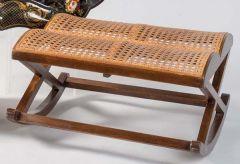 Taburete balancín de madera roble y rejilla, siglo XX